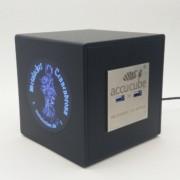 Hier sehen Sie unseren offiziellen Metalacker Cube mit vier USB Ladeports des gleichnamigen Festivals. Das Logo ist im Siebdruck 2 farbig bedruckt.