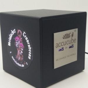 Hier sehen Sie unseren offiziellen Metalacker Cube mit vier USB Ladeports des gleichnamigen Festivals. Das Logo ist im Siebdruck 6 farbig bedruckt.