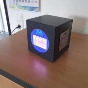 Hier sehen Sie eine USB Ladestation mit vier USB Ladeports des Konzern apra gruppe, die LED'S erleuchten in einem wunderschönen Blauton das Logo.