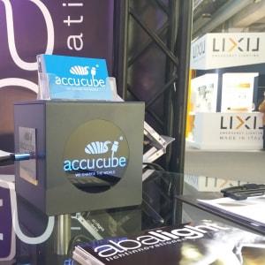 Hier sehen Sie unseren Cube mit vier USB Ladeports an dem Messestand der Firma abalight auf der light+building in Frankfurt, als Blickfang und Ladeinfrastruktur