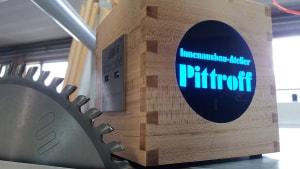 Hier sehen Sie einen Vollholz Cube mit 4 USB Ladeports in der Ausführung Birnbaum unseres Gehäuseherstellers Innenausbau Atelier Pittroff aus Haiterbach.