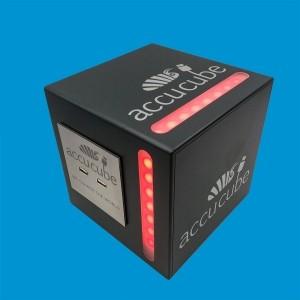 Hier sehen Sie unseren Cube mit 160mm Kantenlänge und seitlich eingebauten LED-RGB-Strips, auf der Front des Accucubes können wir Ihr Logo realisieren.